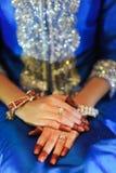 Panny młodej ręka z diamentowym pierścionkiem, jest ubranym błękitną ślubną suknię fotografia royalty free