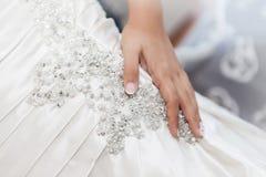 Panny młodej ręki againts ślubna suknia Fotografia Stock