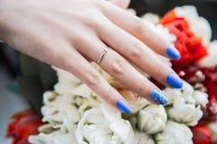 Panny młodej ręki mienia biel i czerwień coloured ślubnego bukiet Zdjęcie Royalty Free