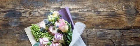 Panny młodej ` s bukiet lub data Walentynki ` s dzień, poślubia, urodziny Piękny gratulacyjny bukiet róże Skład od f zdjęcie stock