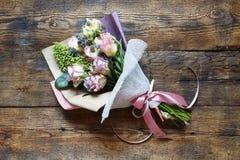 Panny młodej ` s bukiet lub data Walentynki ` s dzień, poślubia, urodziny Piękny gratulacyjny bukiet róże Skład od f zdjęcie royalty free
