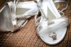 Panny młodej ` s pierścionek zaręczynowy Odpoczywa na jej Ślubnych butach Zdjęcia Royalty Free