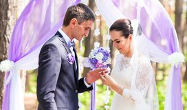 panny młodej palca fornala kładzenia pierścionku s ślub panny młodej ceremonii kwiatu ślub Zdjęcia Royalty Free