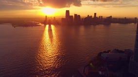 Pano που πυροβολείται του ηλιοβασιλέματος πέρα από την πόλη της Νέας Υόρκης απόθεμα βίντεο
