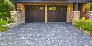 Pano дверей гаража двойника подъездной дороги кирпича каменное стоковые фотографии rf