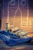 Pano, agulha e tesouras na oficina do alfaiate ilustração do vetor