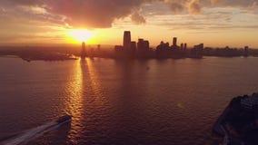 Pano-Ansicht von Skylinen mit Sonnenuntergang in New York stock footage