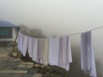 Pano branco de secagem na névoa, aldeia da montanha Fotos de Stock Royalty Free