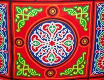Pano brilhantemente colorido, material na tenda egípcia do mercado fotografia de stock