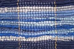 Pano costurado das tiras da tela Bordado, reutilização dos materiais Tiras do azul em um estilo marinho fotos de stock royalty free