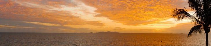 Pano : Coucher du soleil aux Fidji tropicaux Images libres de droits