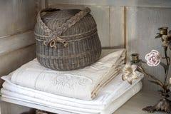 Pano de mesa de jantar com uma cesta e um castiçal francês Fotos de Stock Royalty Free
