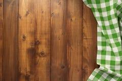 Pano de tabela verificado no fundo de madeira fotografia de stock