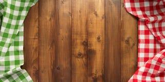 Pano de tabela verificado no fundo de madeira foto de stock royalty free