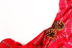 Pano de tabela vermelho com cone do pinho e espaço da cópia Imagens de Stock Royalty Free