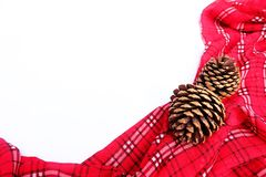 Pano de tabela vermelho com cone do pinho e espaço da cópia Imagem de Stock
