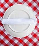 Pano de tabela vermelho e branco com placa Fotografia de Stock Royalty Free