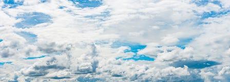 Pano del cielo nublado azul Fotos de archivo libres de regalías