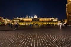 Pano Salão no quadrado principal de Rynek Glowny em Krakow na noite Fotos de Stock Royalty Free