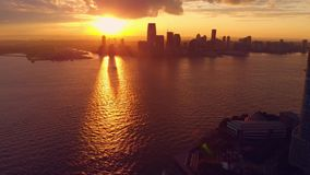 Pano schoss vom Sonnenuntergang über New York City stock video footage