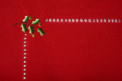 Pano vermelho do Natal bordado com macro do azevinho Fotografia de Stock Royalty Free