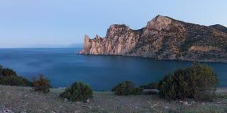 Panoama der felsigen Küstenlinie von Lizenzfreies Stockbild