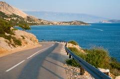 Panoamic Viewpoint och gata på långt till Stara Baska Krk - Kroatien Arkivbild