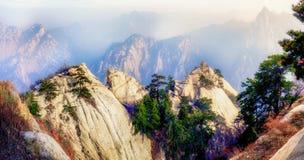 Panolama siktspunkt av det Huashan berget Royaltyfria Bilder