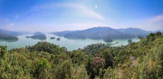 Panorámico compita de Belum - el lago Temengor fotos de archivo libres de regalías