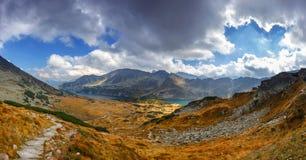 Panorámico compita del valle de 5 lagos en las altas montañas de Tatra imagen de archivo libre de regalías