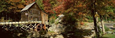 Panorámico del grano para moler milipulgada de la cala del claro y reflexiones y cascada del otoño en el parque de estado Babcock imágenes de archivo libres de regalías