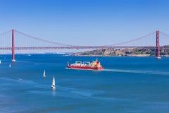 Panorámico del puente de 25 de Abril Imagen de archivo libre de regalías