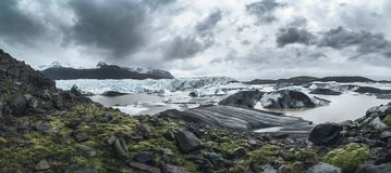 Panorámico dramático del glaciar de Svinafellsjokull y del pico de Hvannadalshnukur en Islandia del este Foto de archivo