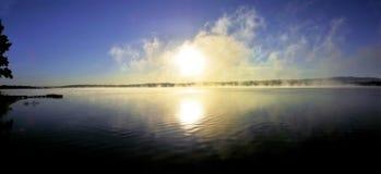 Panorámico - salida del sol sobre el lago con calina imagen de archivo libre de regalías