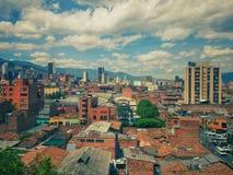 Panorâmico de Medellin do centro com construções altas, telhados da lama e lotes da cor imagem de stock