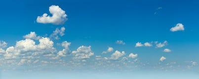 Panorâmico do céu azul real e das nuvens claras brancas foto de stock