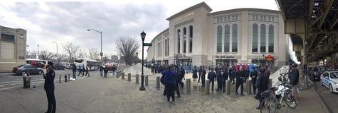 Panorâmico dos povos fora para o jogo de FDNY & de NYPD no ianque Stadi Imagens de Stock