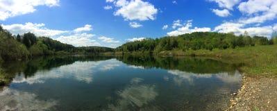 Panorâmico mola de cristal de uma lagoa alimentada Foto de Stock Royalty Free