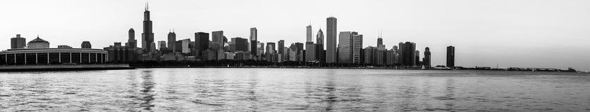 Panorâmico preto e branco da skyline de Chicago Fotos de Stock Royalty Free