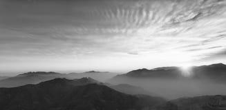 Panoram czarne białe abstrakcjonistyczne góry zdjęcie royalty free