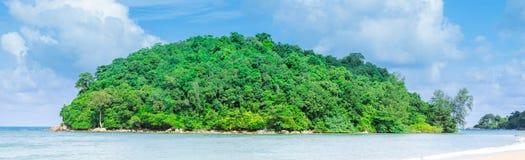 Panoramaö och strand Arkivbild