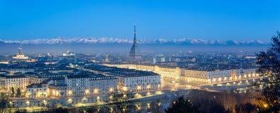 Panorama élevé de définition de Turin à l'heure bleue avec la taupe Antonelliana Photos libres de droits