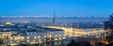 Panorama élevé de définition de Turin à l'heure bleue avec la taupe Antonelliana Images libres de droits
