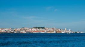 Panorama élevé de perspective du vieux centre de la ville de Lisbonne, vue d'Almada, Portugal photo stock