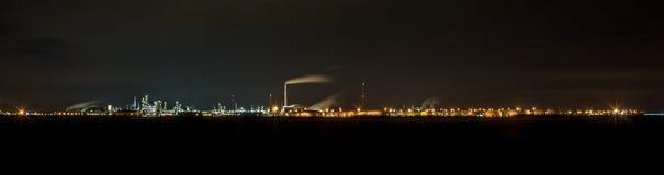 Panorama énorme d'une usine en Allemagne la nuit photos stock