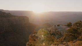 Panorama épico de la puesta del sol de la llamarada de la lente, sol que pasa abajo las montañas que sorprenden en el parque naci metrajes