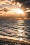 Panorama épico do céu do por do sol de Goeree-Overflakkee, os Países Baixos, Brouwersdam fotografia de stock