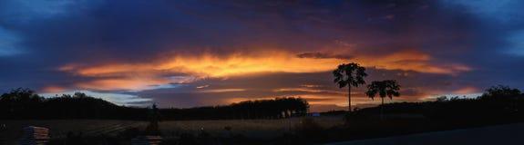 Panorama étonnant de coucher du soleil le soir photo libre de droits