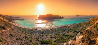 Panorama étonnant de lagune de Balos avec de l'eau magiques turquoise, lagunes, plages tropicales du sable et de l'île blancs pur photos libres de droits