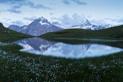 Panorama över Bachalpseen under den berömda fotvandra slingan från först till Grindelwald Bernese fjällängar, Schweiz royaltyfria bilder